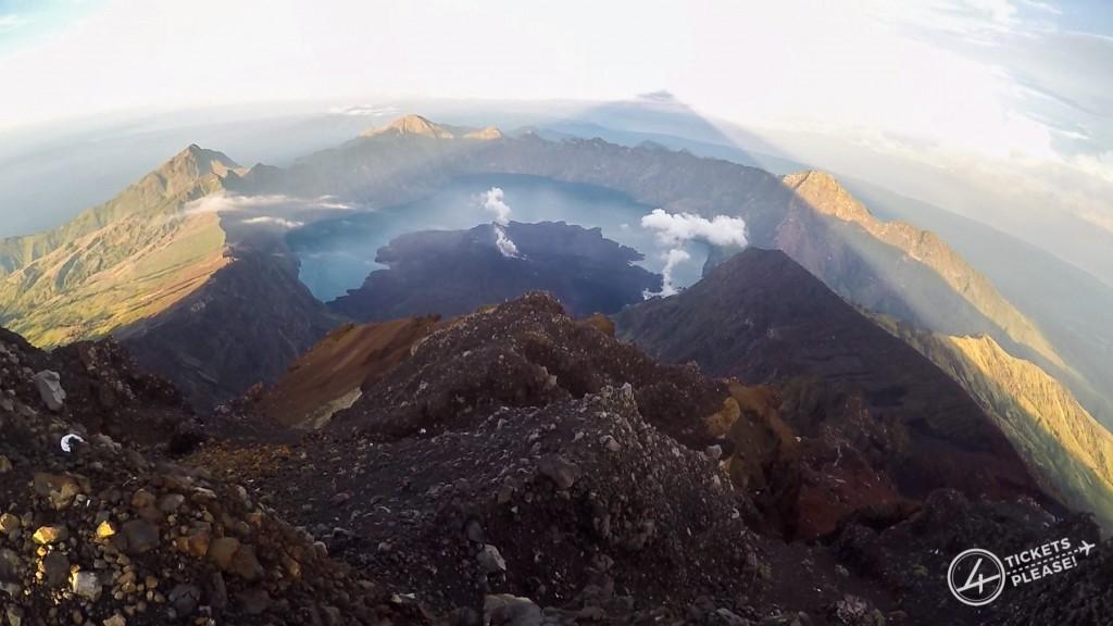 Vu sur le lac ainsi que sur le baby volcan du cratère